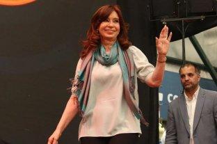 Cristina Fernández llegó al Congreso y saludó a la militancia que la esperaba en la plaza