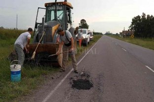 Personal de las comunas de Gessler y San Carlos Sud realizan obras de bacheo sobre la Ruta N° 6
