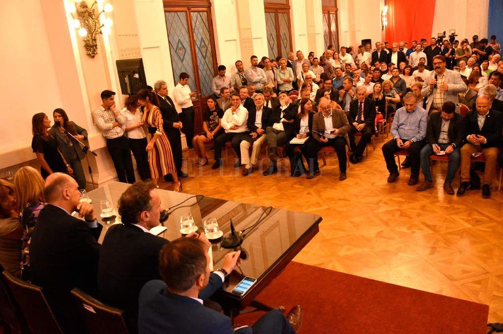 """Como si fuera el presidente de un cuerpo deliberativo, el gobernador Omar Perotti les dio la palabra a los asistentes para que hablen con el ministro. El acto formal se convirtió en una """"reunión de trabajo"""". <strong>Foto:</strong> Mauricio Garín."""