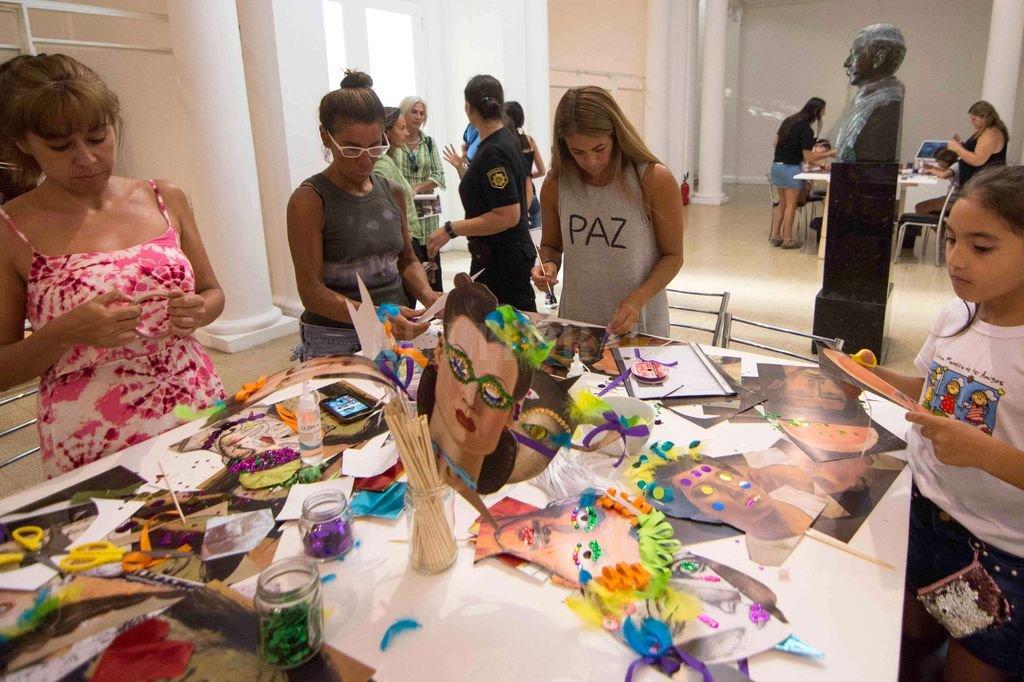 Construcción de máscaras para el Carnaval, obras de artistas mujeres del acervo.         Crédito: Gobierno de Santa Fe
