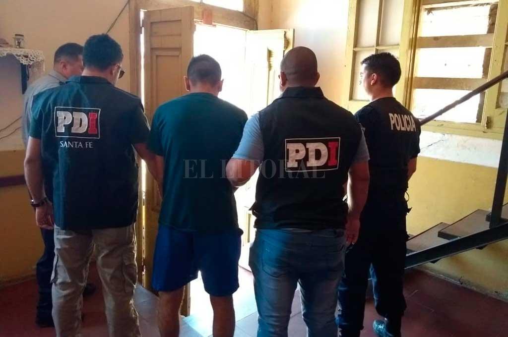 El momento en que el detenido es conducido a la sede policial Crédito: El Litoral