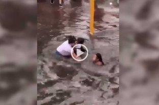 Video: una nena casi es arrastrada por el agua tras temporal en Lomas de Zamora