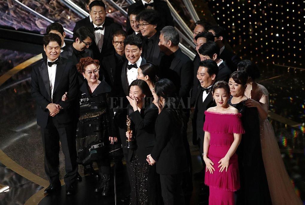 """La película surcoreana """"Parásitos"""" hizo historia en los Oscar, que se entregaron anoche: se convirtió en la primera película de habla no inglesa en ganar el premio a la Mejor Película.  <strong>Foto:</strong> Twitter"""