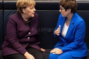Alemania: la elegida por Merkel para sucederla renunció a la cúpula del partido y desató una crisis