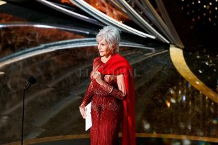 Jane Fonda acudió a los Oscar con un vestido usado y el saco rojo que usa en las protestas