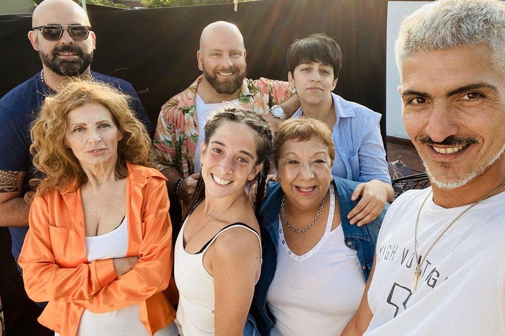 Diego Rinaldi junto al equipo de una de sus puestas. <strong>Foto:</strong> Gentileza producción