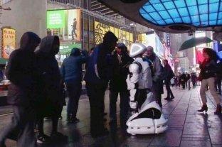 Un androide diagnostica el coronavirus en pleno Times Square de Nueva York