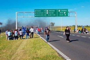 Municipales de Coronda cortaron la autopista Santa Fe - Rosario