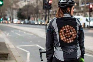 Crean una campera con emojis y señales para advertir a automovilistas