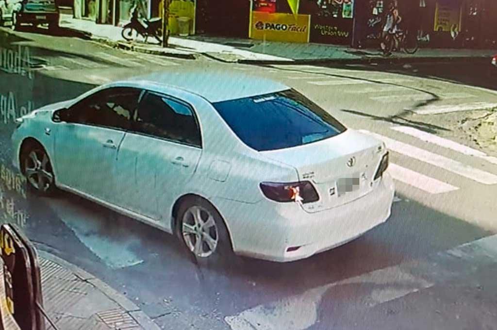 El Toyota Corolla blanco es buscado intensamente  <strong>Foto:</strong> Captura de pantalla