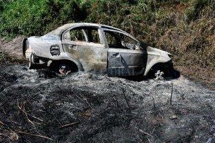 Encontraron el cuerpo de un hombre al lado de un auto incendiado