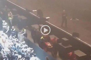 Video: Joaquín Sabina se cayó de un escenario en Madrid y debió cancelar un show