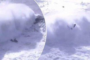 Surf: una inmensa ola se tragó a un surfista durante un torneo en Portugal