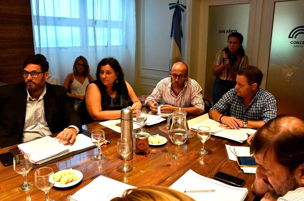 La secretaria de Hacienda, Carolina Piedrabuena, y el secretario de Gobierno, Nicolás Aimar, se reunieron este miércoles con los concejales, y luego concedieron una entrevista a El Litoral. Crédito: Luis Cetraro