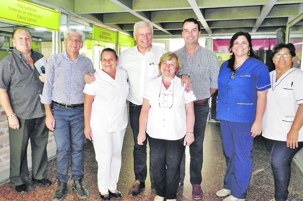 Parola y Baucero, con la directora del hospital, Dra. Silvia Bisio, el delegado normalizador, Dr. Juan Pablo Attademo y personal. Crédito: El Litoral