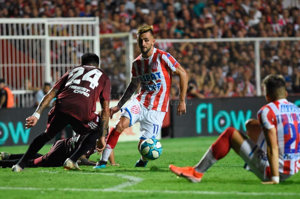 Jalil Elías maniobra ante dos jugadores de River. Jugó un buen partido ante Mineiro y no desentonó con River. <strong>Foto:</strong> Mauricio Garín.