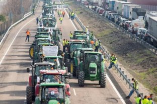 Miles de tractores cortan rutas en toda España en protesta por la crisis del sector agrícola