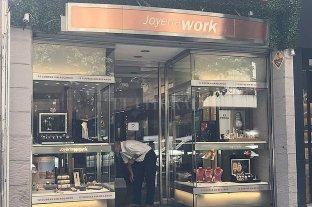 Se hicieron pasar por clientes y robaron una joyería céntrica en Rosario