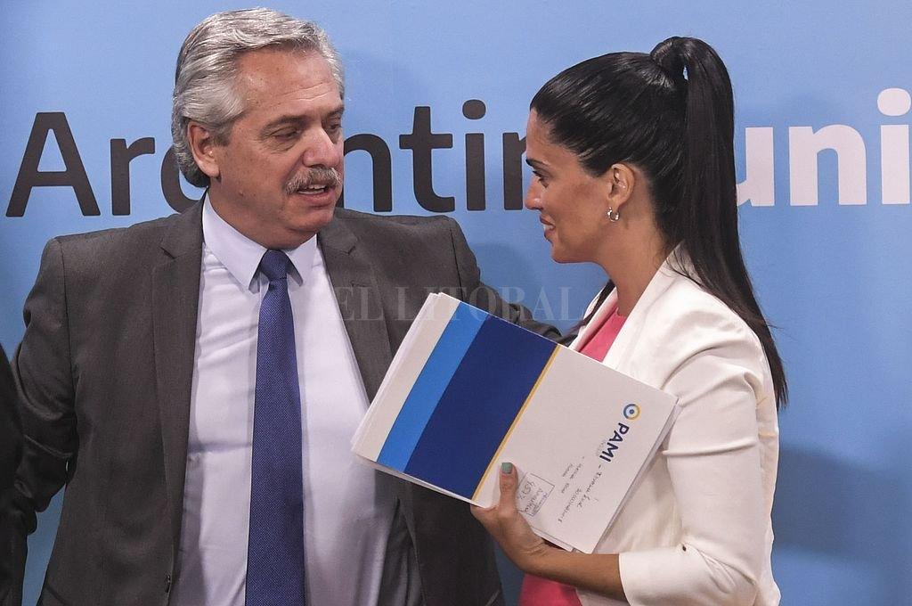 Alberto Fernández y Luana Volnovich, directora del PAMI. <strong>Foto:</strong> Telam