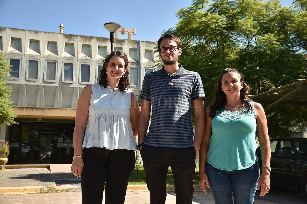 Joana Macagno, Federico Schaumburg y Antonella Giorello destacaron El aporte que la Microfluídica tiene para dar en problemas de la comunidad. Crédito: Pablo Aguirre