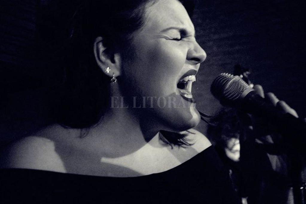 El jueves 20, en La Birra es bella (Balcarce 1681) se presentará la cantante Flopa Suksdorf junto a Gera Aznar y Pedro Brumnich.  Crédito: Gentileza Romi Pecorari