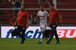 Todo Unión piensa en Brasil - Jalil Elías se va de la cancha luego de ser atendido por el doctor Santiago Calvo y el kinesiólogo Sergio Magnín. Todavía siente dolores en la espalda y no se sabe si llegará en condiciones. -