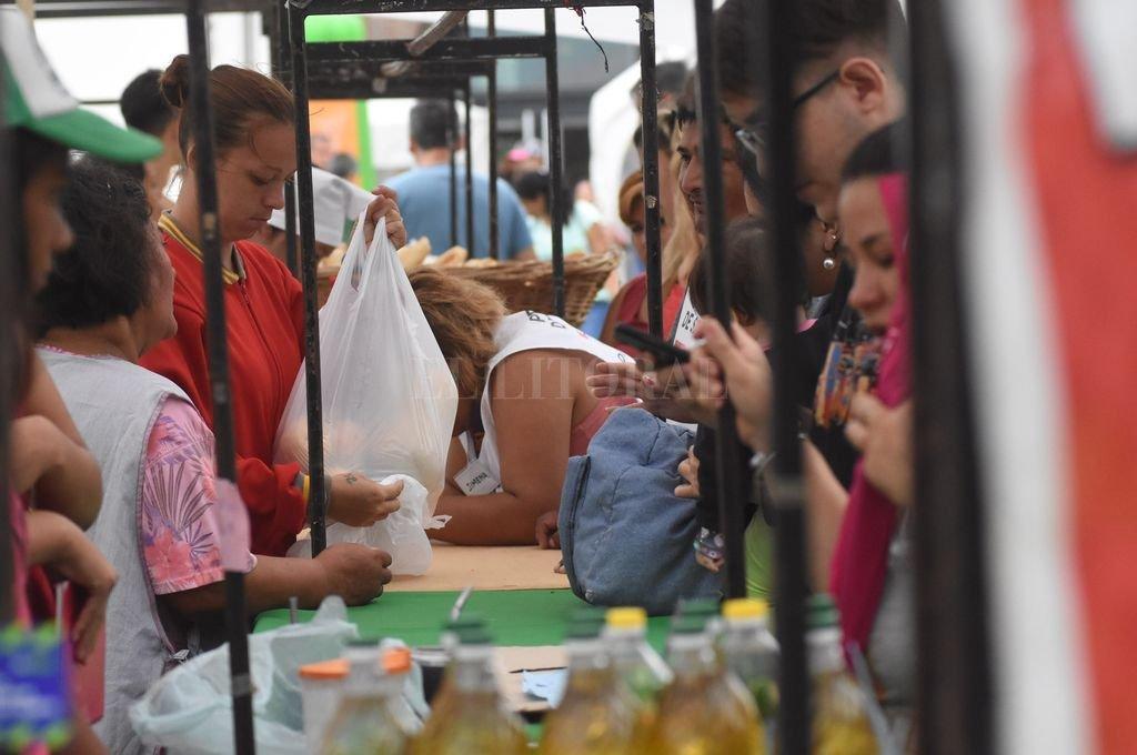 Junto al operativo de entrega se desarrollaron tareas de capacitación y se habilitó una feria de alimentos. Crédito: Mauricio Garín