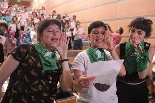 """Aborto legal: pañuelazo verde en todo el país y """"poroteo"""" en el Congreso - Activistas del colectivo chileno Las Tesis vinieron al país a participar de la movilización. -"""