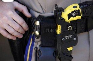 """La policía provincial podrá usar """"armas de letalidad atenuada"""" - Las pistolas Taser, la más conocida y polémica de las armas menos letales. -"""
