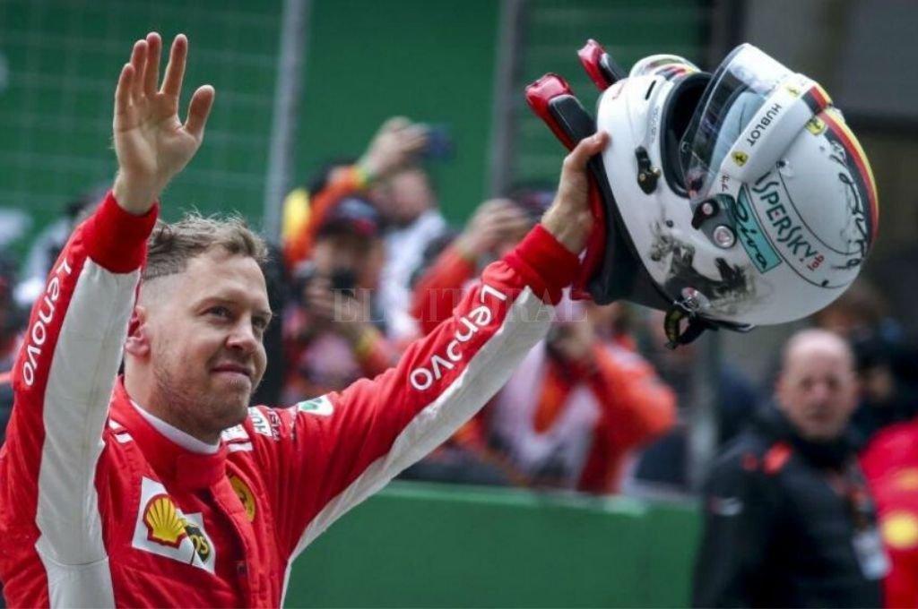 Sebastian Vettel.  El eximio piloto germano, celebrando uno de los tantos éxitos de su prolífico historial deportivo.   Crédito: Archivo El Litoral