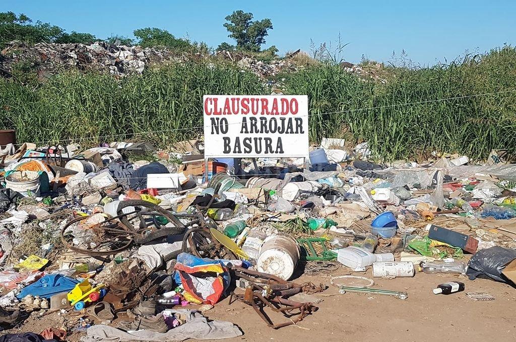 Pensar en erradicar un depósito de residuos no es tarea fácil, porque no se trata sólo de cerrarlo, sino de ejecutar una remediación efectiva que a largo plazo permita recuperar el lugar. Crédito: El Litoral