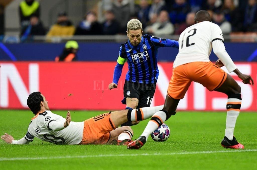 """Correcta actuación. El argentino """"Papu"""" Gómez dio la asistencia del primer gol y redondeó un buen partido para Atalanta.    Crédito: AFP"""