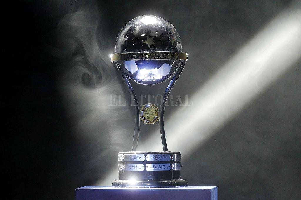 Van por ella. Una vez resuelta la primera fase, y a partir de mayo, 32 equipos pugnarán por quedarse con la Copa Sudamericana. Crédito: Archivo