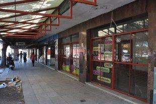 Tras la mudanza del Iturraspe cayeron las ventas en la zona - Se alquila. Uno de los locales frente al hospital cerró sus puertas, los otros resisten. -
