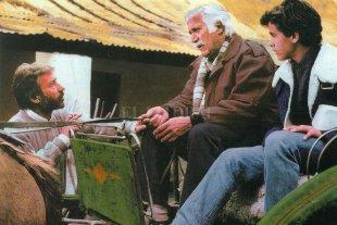 Perdedores que no aflojan - Mario (Federico Luppi) y su hijo Ernesto (Gastón Batyi) escuchan al geólogo Hans (José Sacristán) quien les comunica una serie de novedades que los obligarán a tomar medidas drásticas. -
