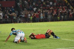 """""""¡Vamos las bandas...!"""" - A levantarse """"Pulga"""". Colón necesita ganar y para eso necesita de Luis Miguel Rodríguez. Al tucumano no se le está dando el gol, pero el crédito sigue abierto. -"""