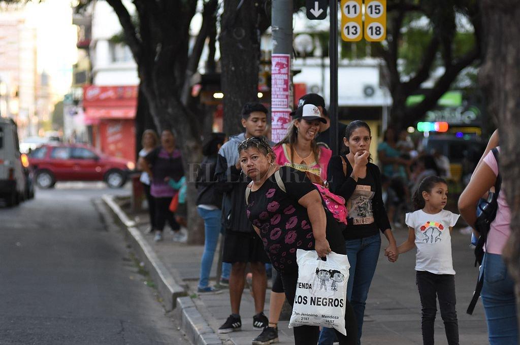 Plaza del Soldado. Es la principal parada de colectivos de la ciudad, donde se agolpan gran cantidad de pasajeros, enojados hoy con la demora en la frecuencia. Crédito: Manuel Fabatia