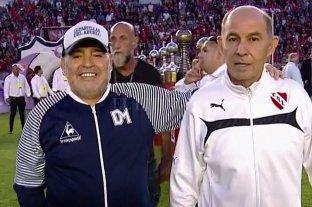 Maradona (el ídolo) y Bochini (el ídolo del ídolo), en un encuentro memorable