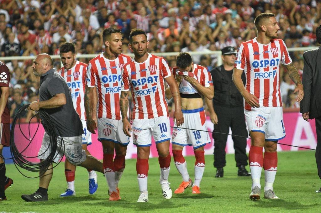 Méndez, Carabajal y Mazzola en primer plano, tres jugadores que podrían jugar este lunes como titulares, buscando sumar puntos en la Superliga, algo a lo que Unión no debe resignarse de ninguna manera. Crédito: Mauricio Garín