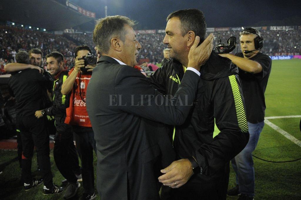 El abrazo de los dos DT antes del partido: Frank Darío Kudelka saluda a Diego Osella. En la cancha, la diferencia fue grande. Kudelka dijo que su equipo jugó un partido perfecto. Crédito: Marcelo Manera