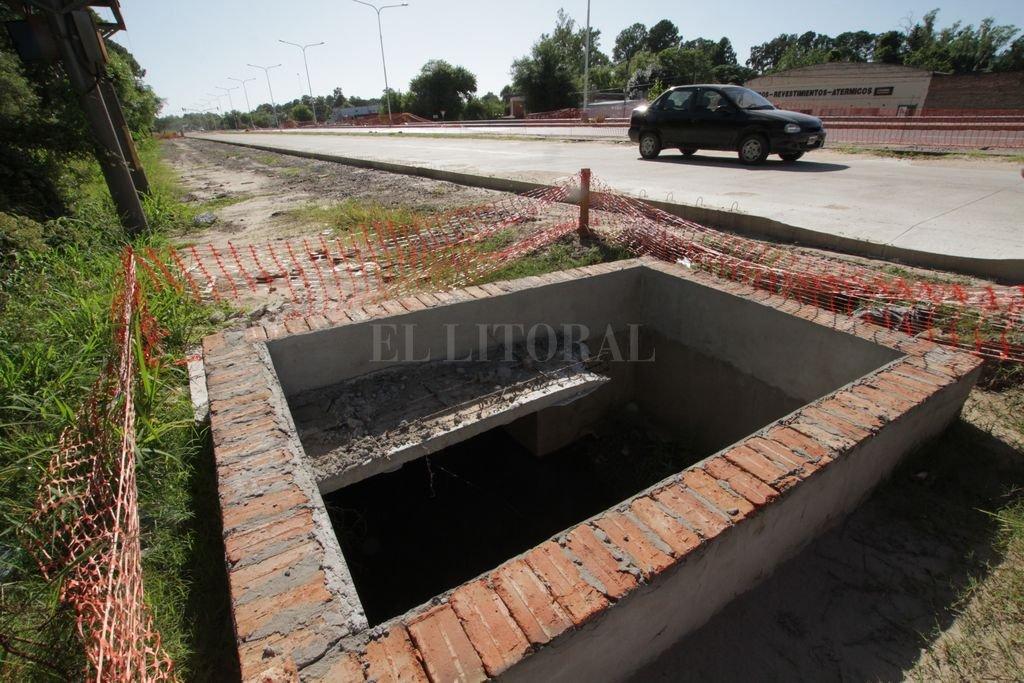 Sin terminar. Los desagües, veredas y cordones quedaron inconclusos en las colectoras de la ruta provincial de La Costa. Crédito: Mauricio Garín