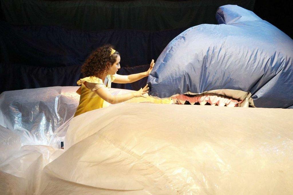 Con una escenografía sorprendente, la obra propone una aventura en el fondo del mar.  Crédito: Gentileza La Gorda Azul