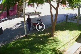 Video: se cansó de esperar el colectivo y se robó una moto en Paraná