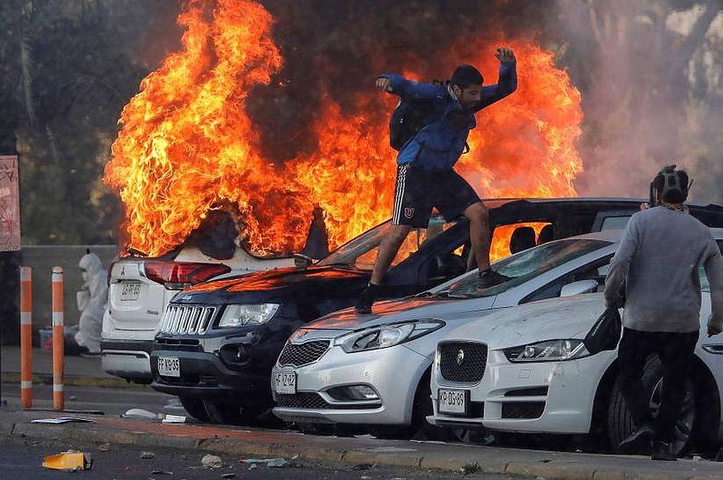 """ándalos. Para el gobierno chileno, los manifestantes que destruyeron vehículos y el patrimonio edilicio en Viña del Mar son meros delincuentes, que tienen que ser """"tratados con todo el peso y el rigor de la ley"""".  Crédito: Reuters"""