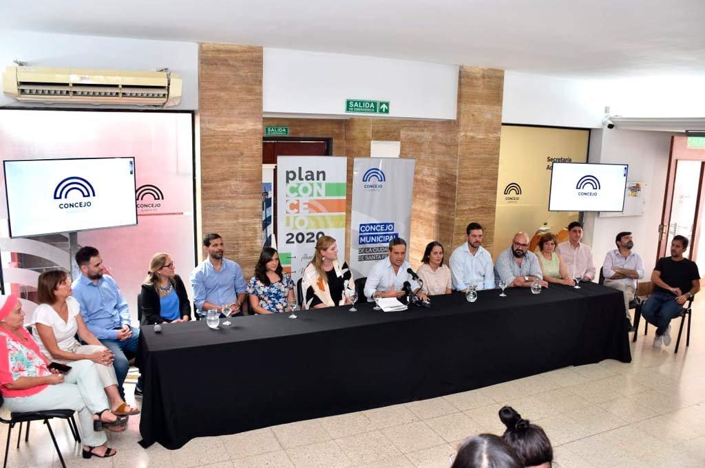 Tienen un plan. Los ediles de la ciudad, junto al presidente Leandro González, presentaron en sociedad los objetivos para el año legislativo en Santa Fe.  Crédito: Flavio Raina.