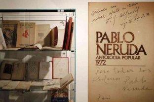 Subastarán la mayor colección privada de obras de Pablo Neruda