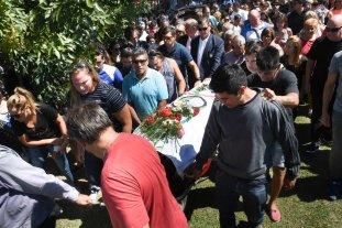 Inhumaron los restos del atleta Toledo en Marcos Paz ante el dolor de amigos y familiares -  -