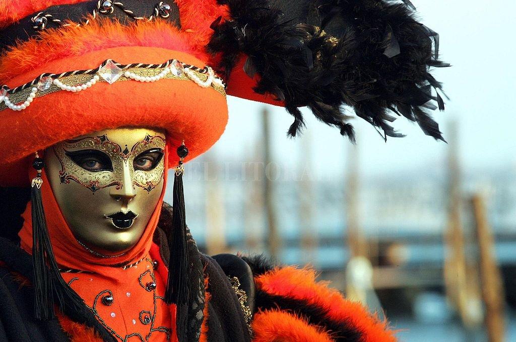 Carnaval de Venecia. Antes eran días de una consentida subversión de los hábitos de la vida normal; ahora se reducen a pintorescas celebraciones que, con variantes, evocan a un devaluado dios Momo. Crédito: Archivo El Litoral