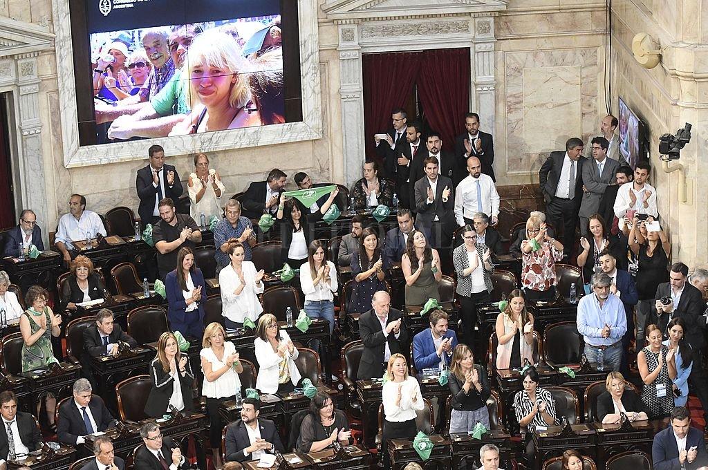 Un grupo de legisladoras enarboló sus pañuelos verdes, ante el anuncio del proyecto de legalización del aborto. Crédito: Télam