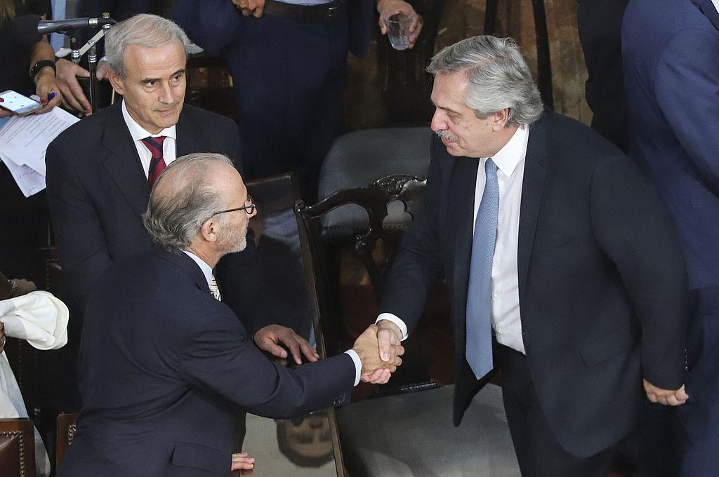 El jefe de Estado saludó al presidente de la Corte nacional, Carlos Rosenkrantz, al término del acto en el Congreso. Crédito: NA